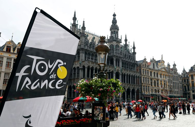 De Grote Markt in Brussel, waar ondertussen de Tour-gekte stijgt.