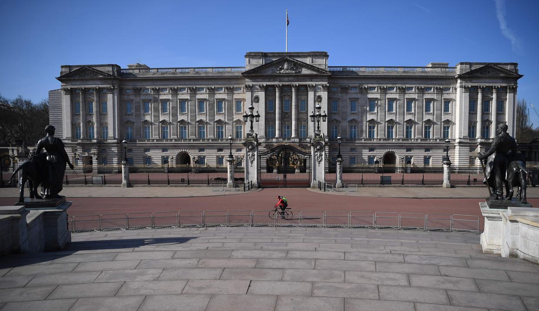 Buckingham Palace in Londen ligt er verlaten bij.