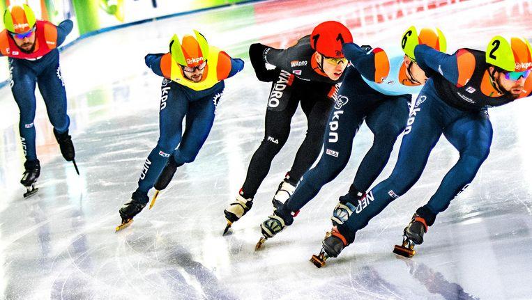 Daan Breeuwsma op kop tijdens de 1.000 meter. Sjinkie Knegt (links) laat zijn tegenstanders lopen: hij heeft na een val last van zijn lies. Beeld null