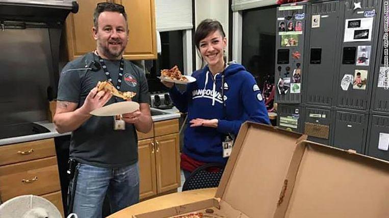Luchtverkeersleiders uit Portland, Oregon, met de pizza's die ze ontvingen van collega's uit de Canadese stad Moncton.