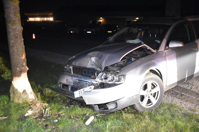 Flinke schade aan de boom en de auto door de aanrijding in de Mertstraat in Zuilichem.