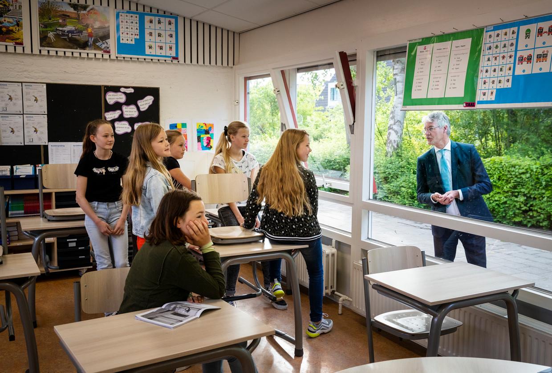 Minister Slob op bezoek bij O.B.S. Florens Radewijnsschool, waar de eerste lessen weer gegeven worden na een wekenlange onderbreking.  Beeld Jiri Buller / de Volkskrant