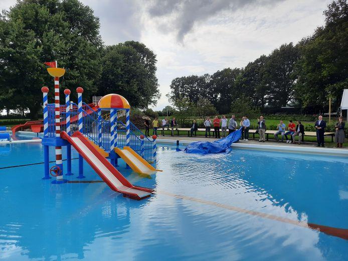 Onthulling van het nieuwe speeltoestel in zwembad Kuiperberg in Ootmarsum.