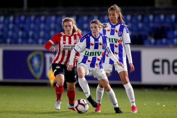 Laura Strik (aan de bal) met Heerenveen tegenover Jeslynn Kuijpers van PSV.
