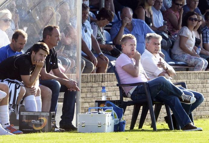 Trainer François Gesthuizen en technisch manager Frans Derks (rechts) op de bank. Archieffoto: Do Visser/DG