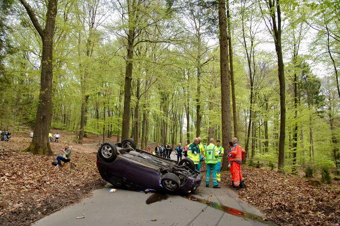 De auto is bij het ongeval op het dak terecht gekomen.