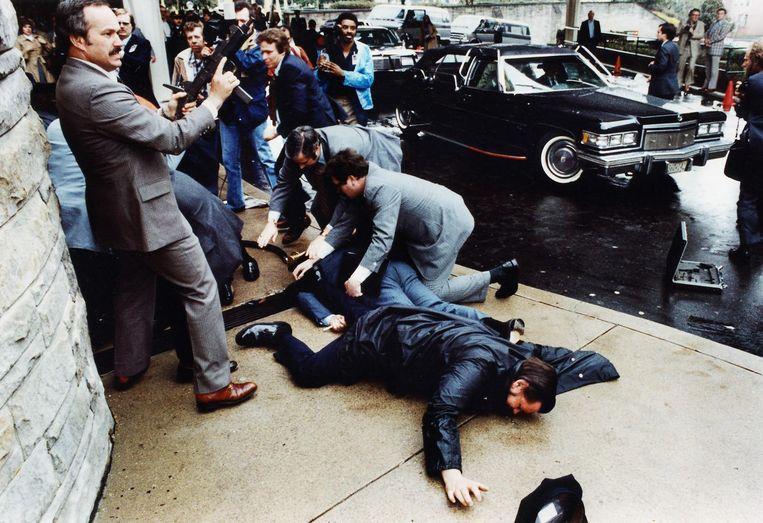 Het moment na de schietpartij voor het Washington Hilton hotel. Beeld null
