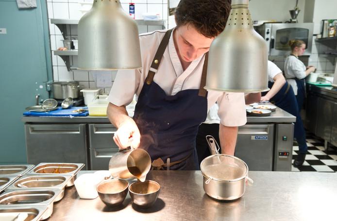 Bereiding van een gerecht in de keuken van Vesters.