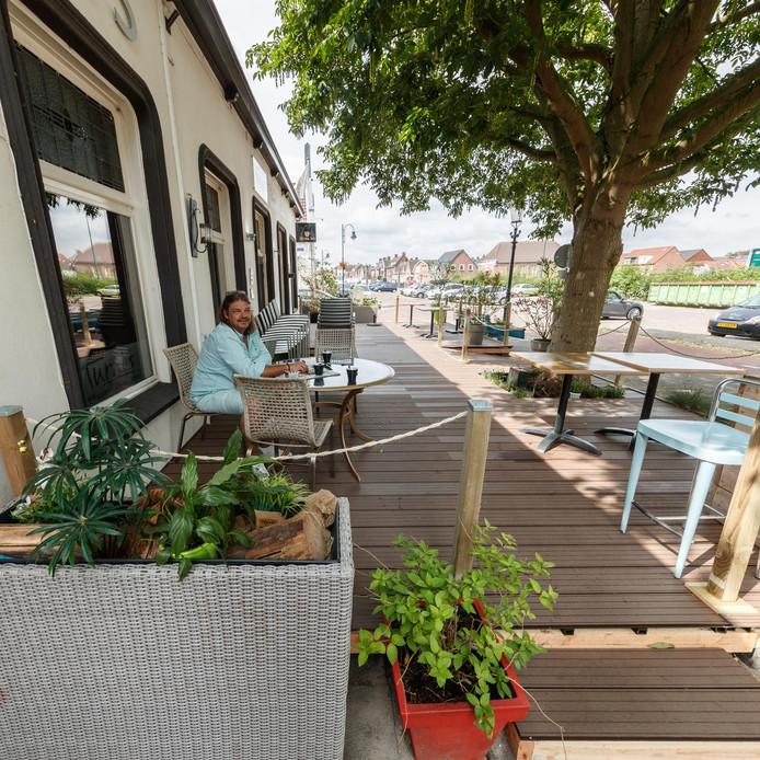 Het net nieuwe terras van café-restaurant Tumi's in Zevenbergen moet weg. Het zou niet passen bij de plannen voor de nieuwe haven. In beeld Eric Roodmeijer.