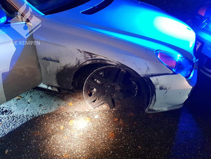 De auto verloor een velg na een omkeermanoeuvre