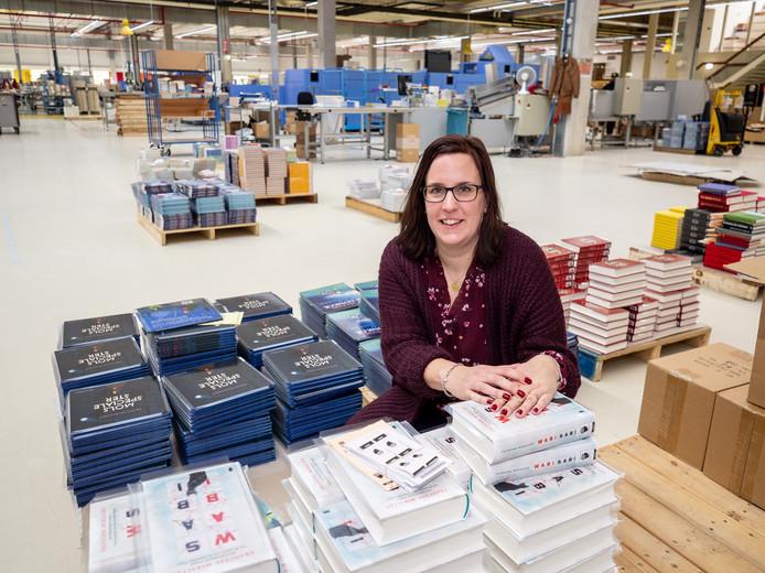 Laura Hansen tussen de boeken in de productiehal van NBD Biblion aan de Huygensstraat.
