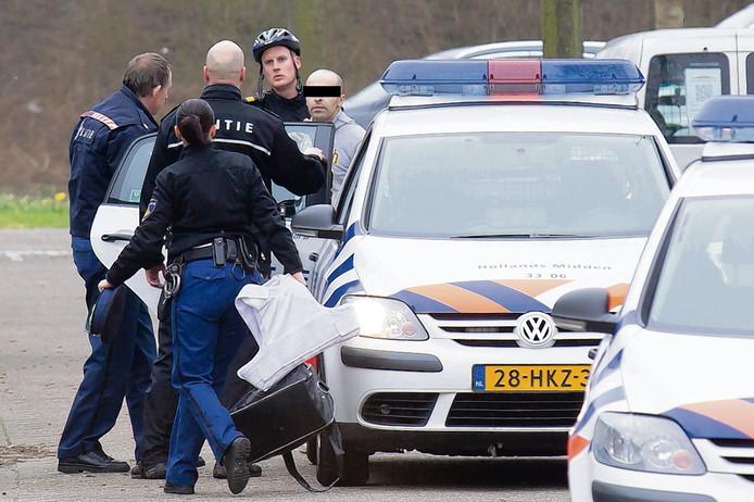215334be4f07ee Agenten hebben in Alphen na een klopjacht een inbreker in de kraag gevat.  De politie