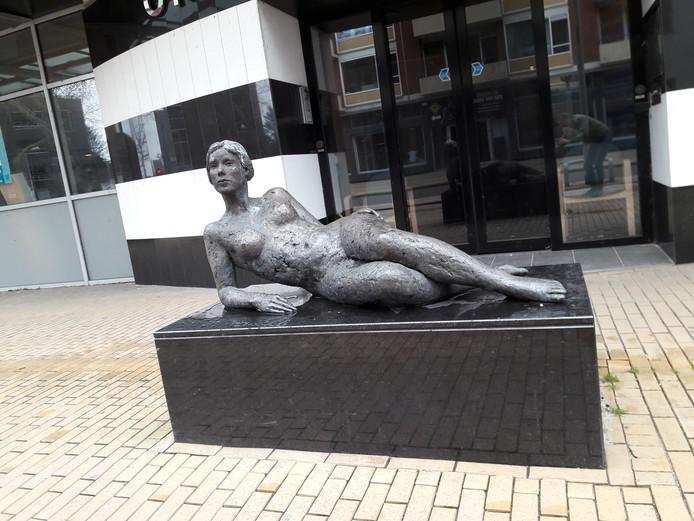Ainsi - Soit - elle (zoals zij is) zoals het beeld was te zien aan de Stationsstraat. Vlakbij de ingang naar parkeergarage Koningshaven.