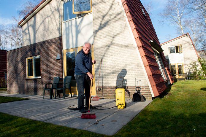Arie den Hartog in zijn bungalow van Bungalowpark Hoenderloo om zich terug te trekken en zo Corona besmetting te voorkomen.