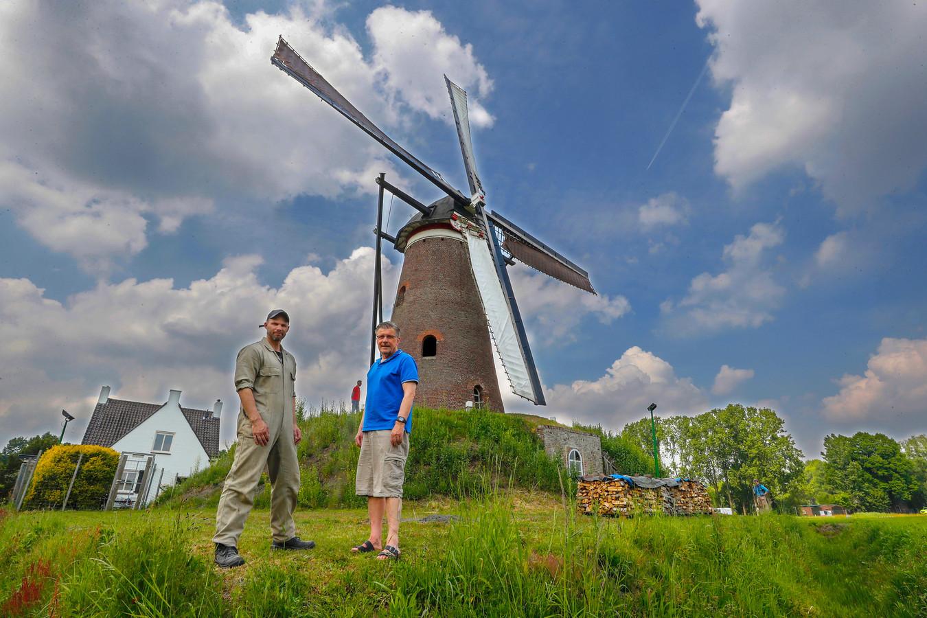 Molen De Roosdonck in Nuenen met eigenaar Hennie Merks (r) en molenaar Mario Collombon (l)