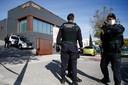Leden van politidienst Guardia Civil doorzoeken een bedrijf in Igualada nabij Barcelona, de grootste stad van Catalonië.