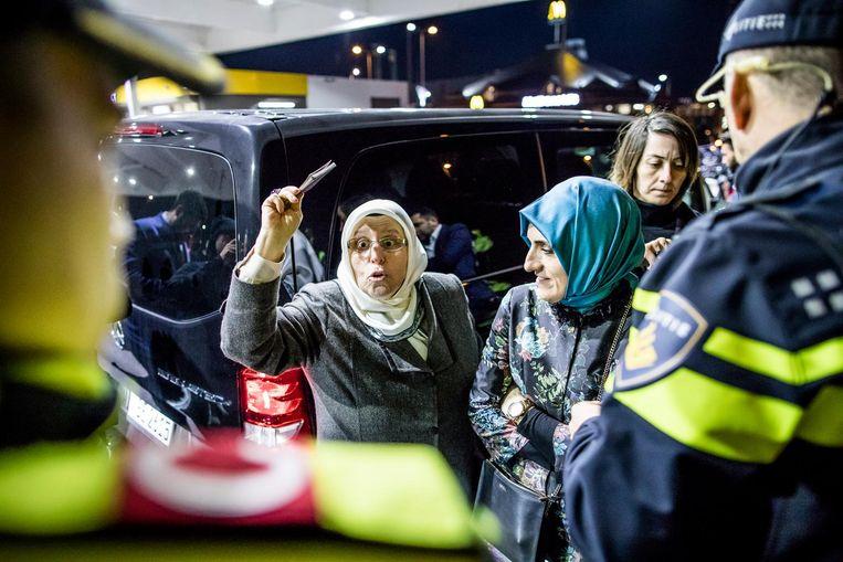 Turkse journalisten worden bij de McDonalds bij de Kuip in Rotterdam tegengehouden door de politie en later teruggestuurd naar Duitsland. Beeld Freek van den Bergh / de Volkskrant