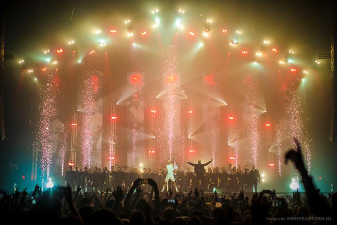 De Zwolse Koorbazen met leadzanger Laurens van The Dirty Daddies vrijdagavond in een uitverkochte AFAS Live in Amsterdam.
