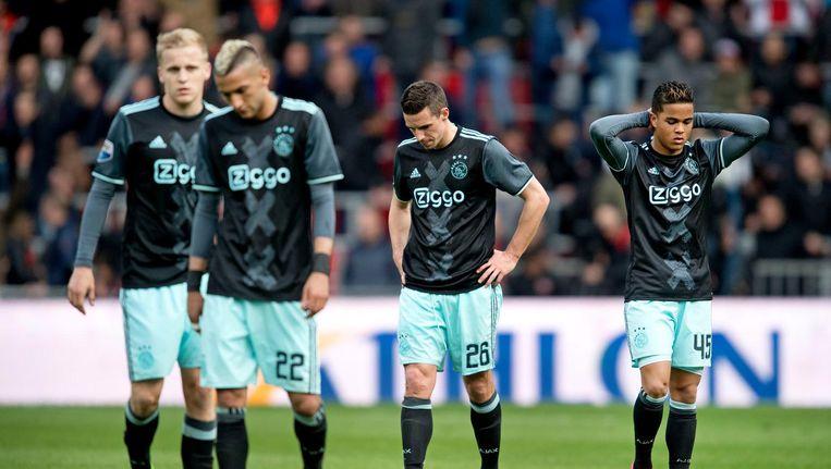 Donny van Beek, Hakim Ziyech, Nick Viergever en Justin Kluivert lopen vermoeid van het veld na het 1-0 verlies tegen PSV. Beeld anp