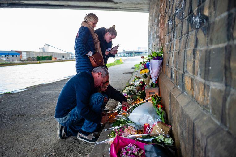 Mensen leggen bloemen neer waar Julie werd gevonden.