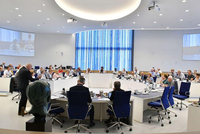De gemeenteraad en het college van Almelo in vergadering in het stadhuis.