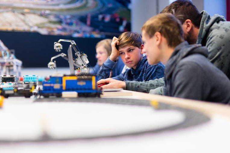 Jongeren programmeren LEGO® containerterminal