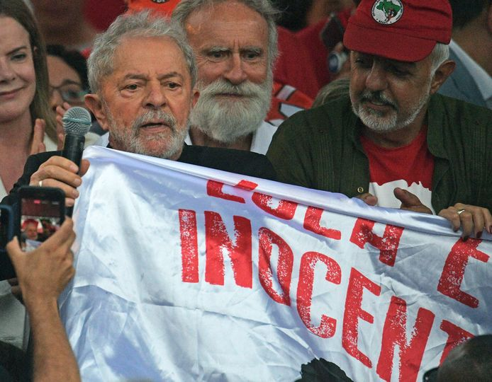 Des milliers de militants ont acclamé Lula devant le siège de la Police fédérale de Curitiba.