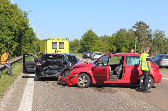Door het ongeval was de rijbaan grotendeels versperd.