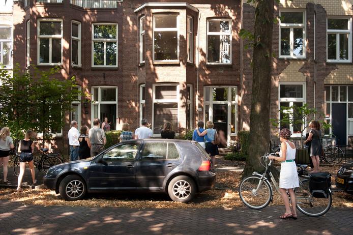 Buurtbewoners zoeken elkaar op voor de woning in Breda waar Willem Witteveen, Lidwien Heerkens en hun dochter Marit woonden.