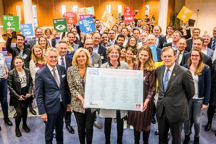 Ondertekenaars bijeen met op de voorgrond burgemeester John Jorritsma van Eindhoven (l) met naast hem minister Kaag.