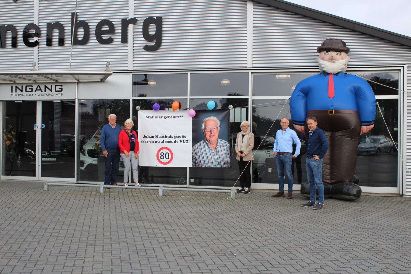 """Medewerker Johan Maathuis (links) uit Wierden verlaat op 80-jarige leeftijd Autobedrijf Zwijnenberg. """"Altijd goed te pas en prettig in de omgang."""""""