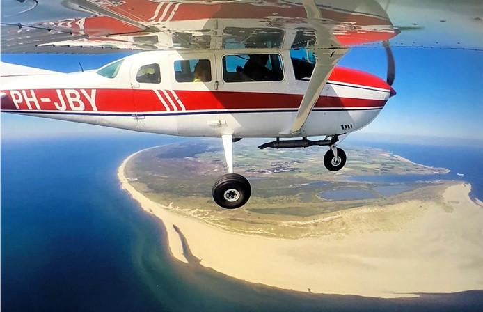 Ter land, ter zee en vanuit de lucht. Via een vliegtuigje kun je de Waddeneilanden pas echt goed bekijken. Dit is een blik op het eerste eiland Texel, gemaakt met een GoPro aan de vleugel.