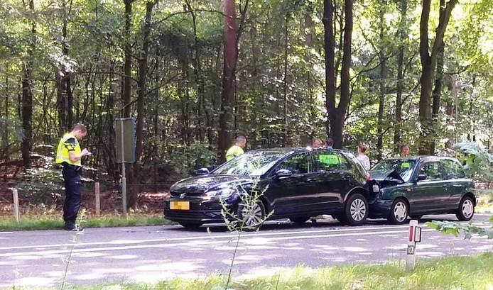Waarschijnlijk door te dicht op elkaar rijden ontstond bij Harderwijk vanmorgen dit ongeluk