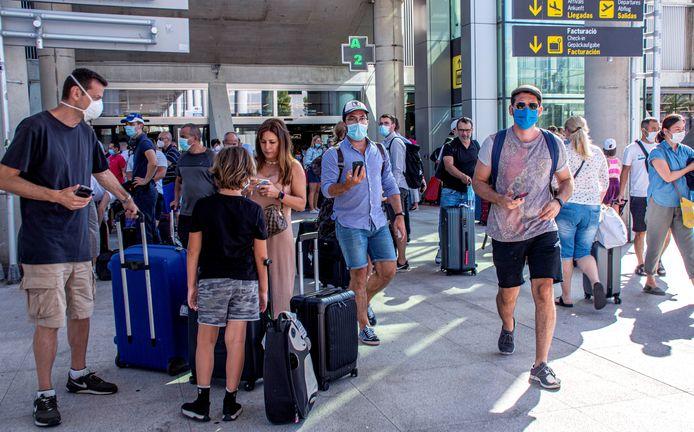 Foto ter illustratie. Toeristen op luchthaven Son Sant Joan in Palma de Mallorca.