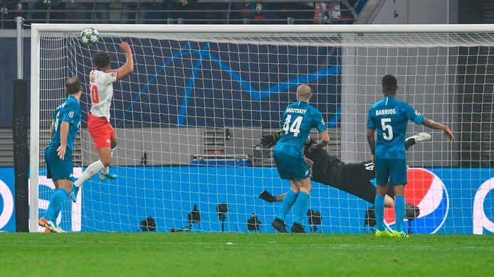 Marcel Sabitzer (niet in beeld) heeft op fantastische wijze uitgehaald tegen Zenit. De bal vliegt in de kruising.
