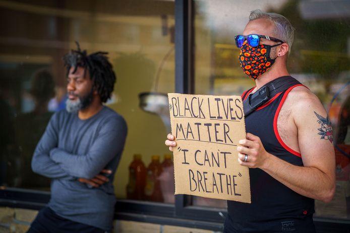 Demonstranten bij het politiebureau van Minneapolis.