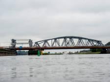 Vrachtwagen ramt spoorviaduct in Zutphen: treinverkeer naar Dieren plat