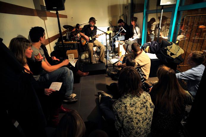 Op Cross-Linx van 2009 speelde een van de gezelschappen in de bergruimte van Muziekgebouw Frits Philips.
