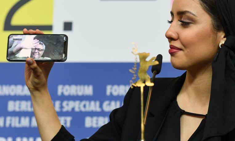 Tijdens een persconferentie na de prijsuitreiking video-belt Baran Rasoulof met haar vader, regisseur Mohammad Rasoulof, die de Gouden Beer voor Beste Film won met zijn film 'There Is No Evil'. Hij kon de prijs niet zelf in ontvangst nemen, omdat hij Iran niet uit mag. Beeld REUTERS/Annegret Hilse