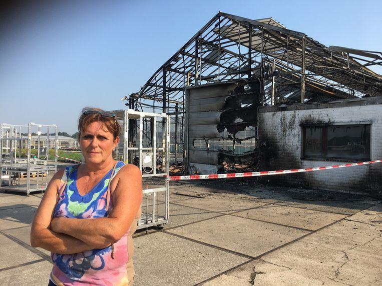 Zaakvoerster Ria Van Den Bosch bij de verwoeste serre.