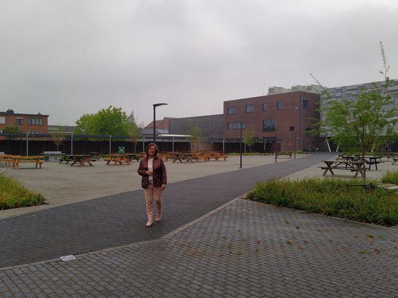 Normaal lopen duizenden leerlingen rond in College ten Doorn, maar nu loopt algemeen directeur Annick Willems alleen op het gigantische domein van de school in Eeklo.