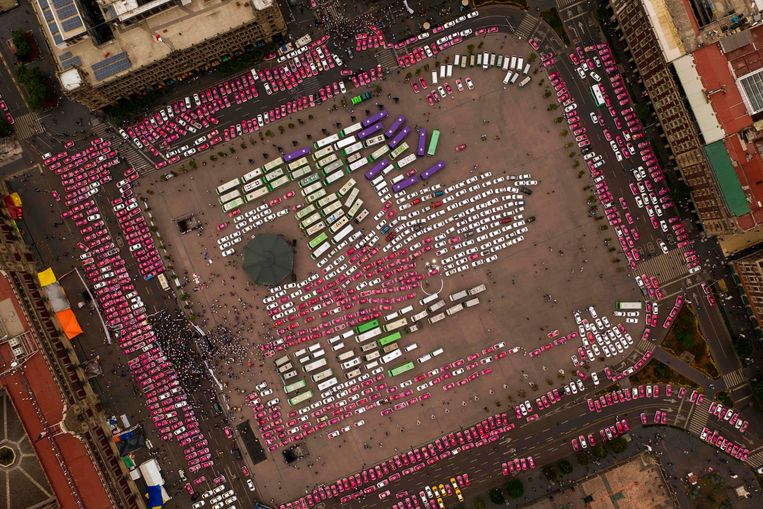 Een luchtfoto van het Zócalo (officieel het Plaza de la Constitutión), het centrale plein in Mexico City, toont de georganiseerde chaos van een protest, afgelopen maandag, van taxichauffeurs tegen concurrentie van Uber en andere  app-bedrijven. Beeld AFP