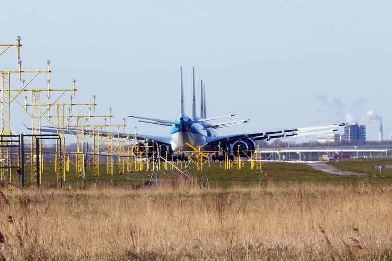 Vliegtuigen van KLM staan geparkeerd op de Aalsmeerbaan van Schiphol tot het reguliere vliegverkeer wordt hervat.  Beeld ANP