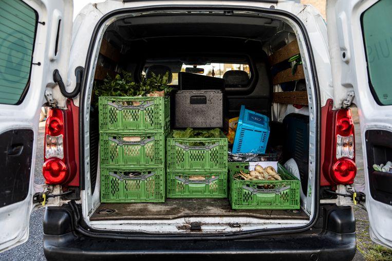 Jan van de Voedselbank komt elke woensdag rond kwart voor twee om met zijn bus de groenten te halen. Beeld Lin Woldendorp
