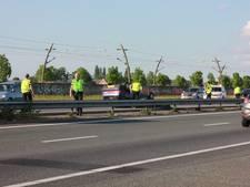 Auto over de kop op A15: bestuurder gewond, hond ongedeerd