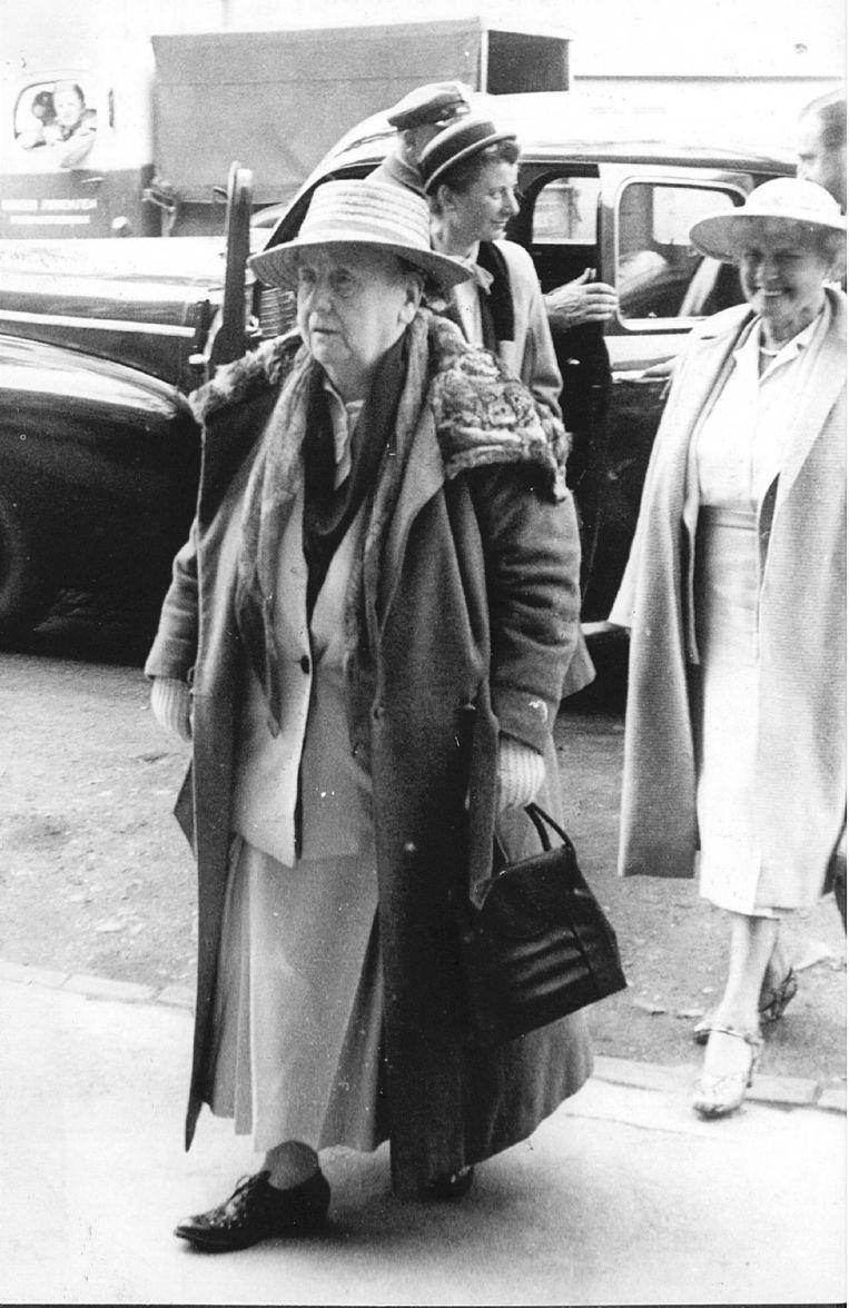 Wilhelmina in Noorwegen, juni 1951. Ze bezoekt Scandinavië graag, omdat de kans dat je daar een katholiek tegenkomt klein is. Beeld ANP