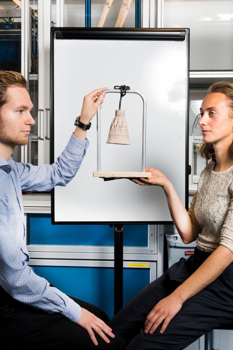 Een lampje gemaakt van gemalen mosselschelpen, geproduceerd met een 3D-printer. Joost Vette en Mariet Sauerwein bedachten het procedé. Beeld Eva Roefs