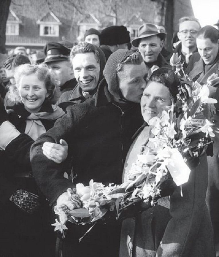 Van den Berg kust zijn moeder nadat hij de Elfstedentocht van 1954 heeft gewonnen. Beeld