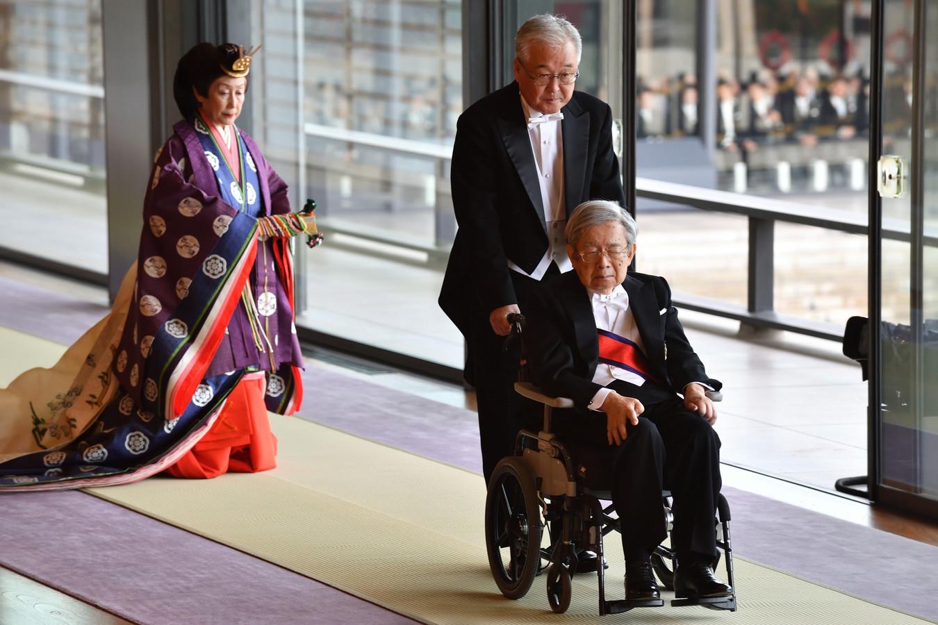 De Japanse prins Hitachi verlaat de plechtigheid.