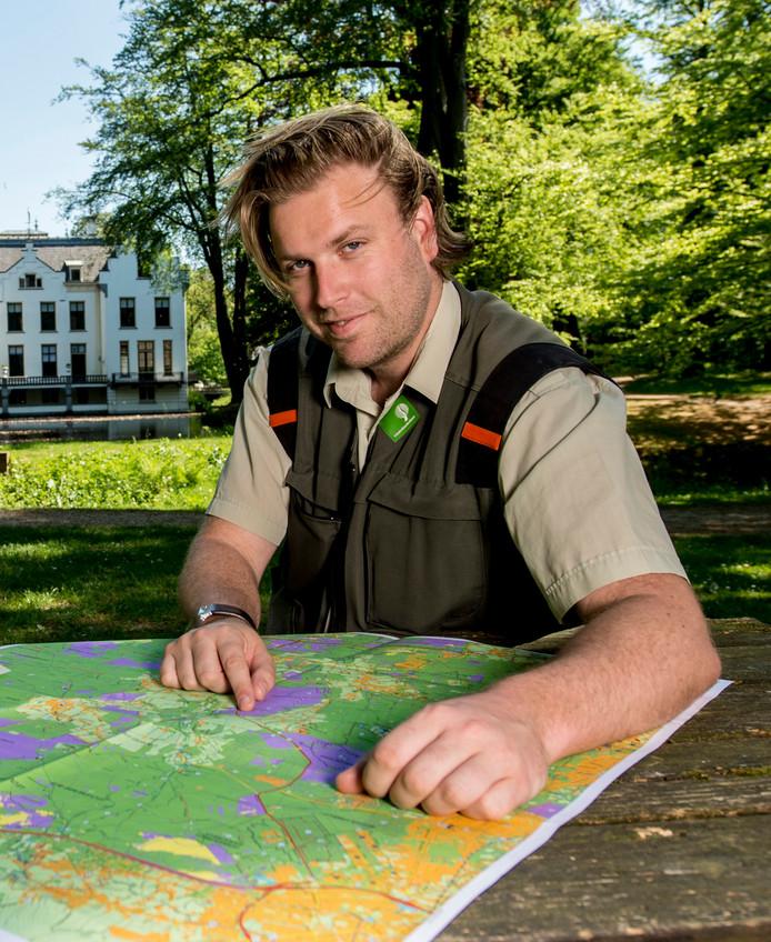 Lennard Jasper, boswachter op de Veluwe, roept wolvenspotters op zich aan de regels te houden.